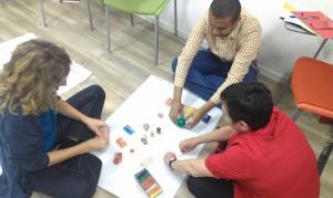 Ángeles, Guido y Antonia creando su camino de interés común a partir de plastilina en una de las sesiones