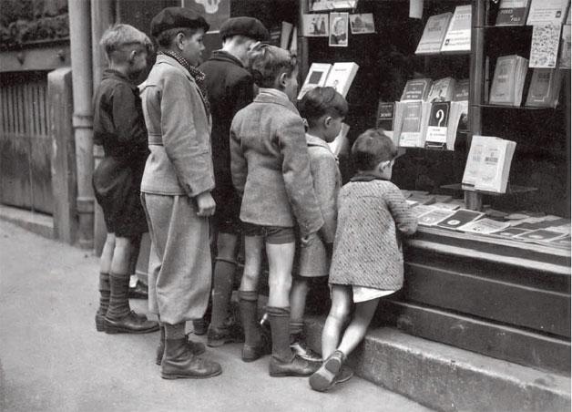 Niños mirando un escaparate